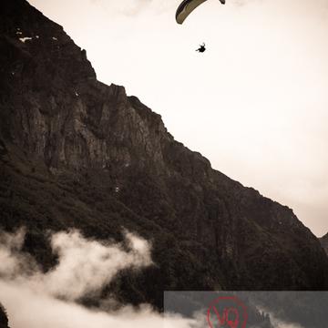 Parapente dans la brume à Loudenvielle / Hautes-Pyrénées / Occitanie - Réf : VQ-PARA-0169 (Q3)