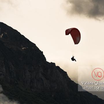 Parapente dans la brume à Loudenvielle / Hautes-Pyrénées / Occitanie - Réf : VQ-PARA-0181 (Q3)