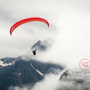 Parapente dans la brume à Loudenvielle / Hautes-Pyrénées / Occitanie - Réf : VQ-PARA-0183 (Q3)