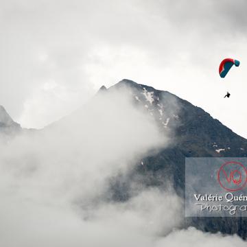 Parapente dans la brume à Loudenvielle / Hautes-Pyrénées / Occitanie - Réf : VQ-PARA-0208 (Q3)