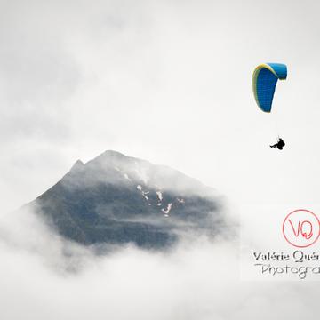 Parapente dans la brume à Loudenvielle / Hautes-Pyrénées / Occitanie - Réf : VQ-PARA-0224 (Q3)