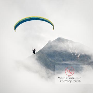 Parapente dans la brume à Loudenvielle / Hautes-Pyrénées / Occitanie - Réf : VQ-PARA-0226 (Q3)