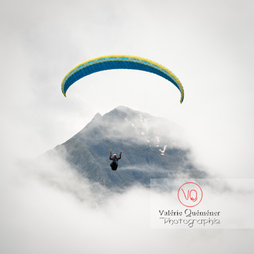 Parapente dans la brume à Loudenvielle / Hautes-Pyrénées / Occitanie - Réf : VQ-PARA-0227 (Q3)