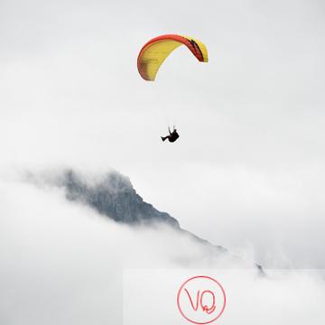 Parapente dans la brume à Loudenvielle / Hautes-Pyrénées / Occitanie - Réf : VQ-PARA-0245 (Q3)