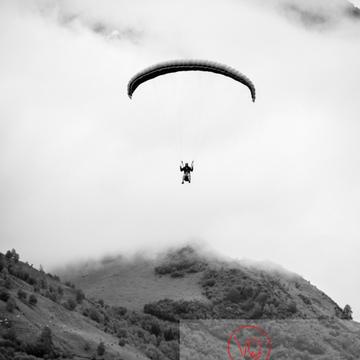Parapente dans la brume à Loudenvielle / Hautes-Pyrénées / Occitanie - Réf : VQ-PARA-0264 (Q3)