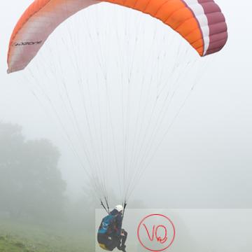 Parapente dans la brume à Loudenvielle / Hautes-Pyrénées / Occitanie - Réf : VQ-PARA-0287 (Q3)