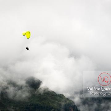 Parapente dans la brume à Loudenvielle / Hautes-Pyrénées / Occitanie - Réf : VQ-PARA-0427 (Q3)