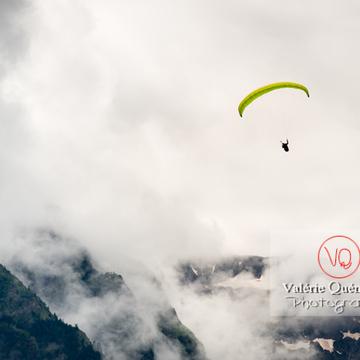 Parapente dans la brume à Loudenvielle / Hautes-Pyrénées / Occitanie - Réf : VQ-PARA-0429 (Q3)