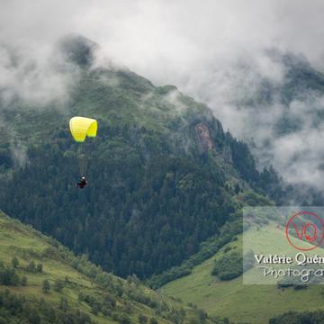 Parapente dans la brume à Loudenvielle / Hautes-Pyrénées / Occitanie - Réf : VQ-PARA-0430 (Q3)