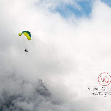 Parapente dans la brume à Loudenvielle / Hautes-Pyrénées / Occitanie - Réf : VQ-PARA-0435 (Q3)