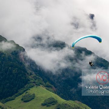 Parapente dans la brume à Loudenvielle / Hautes-Pyrénées / Occitanie - Réf : VQ-PARA-0448 (Q3)