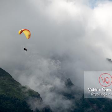 Parapente dans la brume à Loudenvielle / Hautes-Pyrénées / Occitanie - Réf : VQ-PARA-0466 (Q3)
