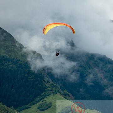 Parapente dans la brume à Loudenvielle / Hautes-Pyrénées / Occitanie - Réf : VQ-PARA-0469 (Q3)