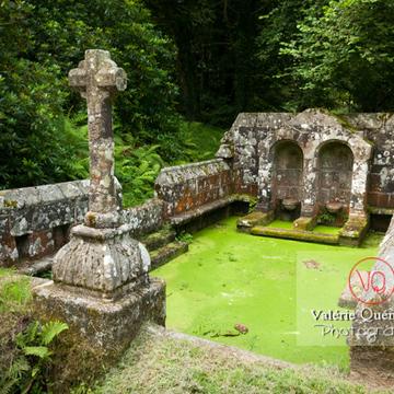 Fontaine des 7 saints à Bulat-Pestivien, en Côtes d'Armor - Réf : VQFR22-0472