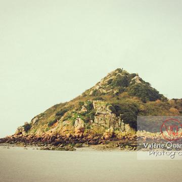 Mont Tombelaine dans la baie du Mont-St-Michel à marée basse - Réf : VQFR50-0035-TV (Q1)