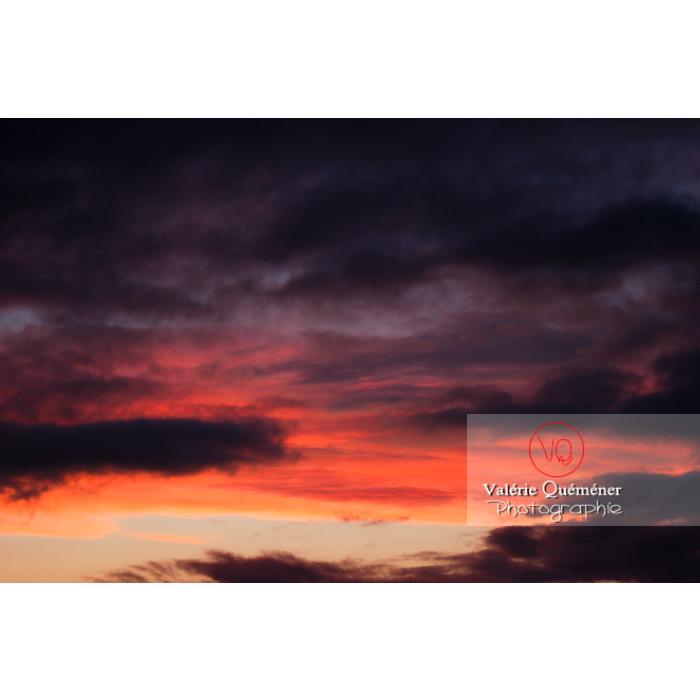 Ciel aux nuages de couleurs roses et orange au coucher de soleil - Réf : VQ_CIEL-069 (Q1)