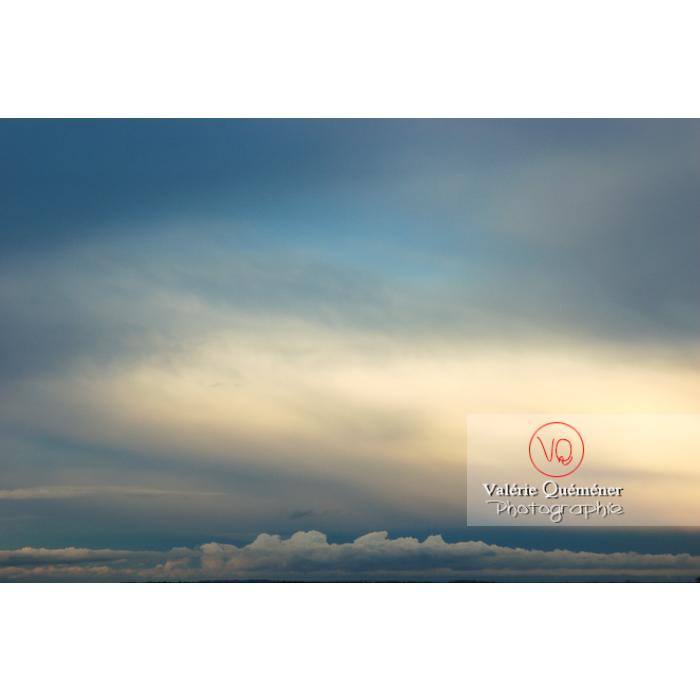Ciel d'altostratus opacus au coucher du soleil - Réf : VQ_CIEL-105 (Q1)