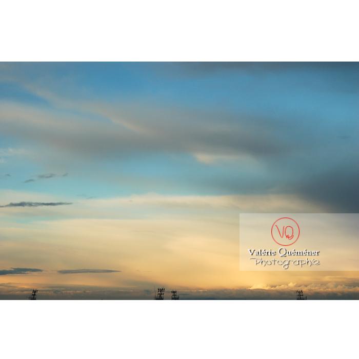 Ciel d'altostratus opacus au coucher du soleil - Réf : VQ_CIEL-106 (Q1)