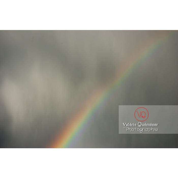 Arc-en-ciel se dessinant sous un ciel d'orage - Réf : VQ_CIEL-133 (Q1)