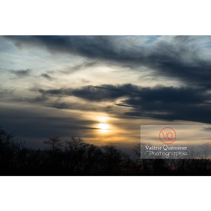 Soleil voilé derrière un ciel d'altostratus et stratocumulus - Réf : VQ-CIEL-1508 (Q3)