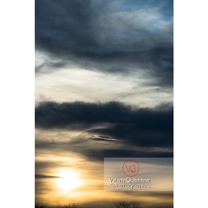 Soleil voilé derrière un ciel d'altostratus et stratocumulus - Réf : VQ-CIEL-1511 (Q3)