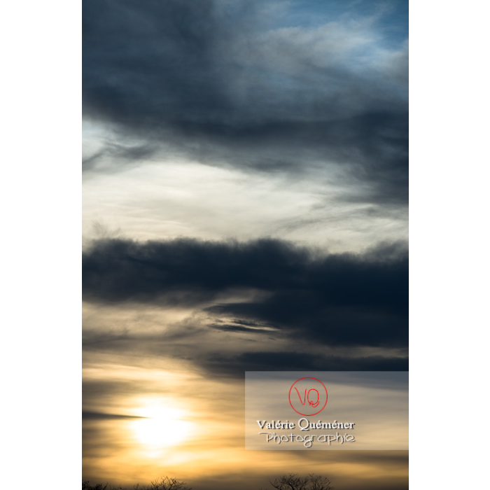 Soleil voilé derrière un ciel d'altostratus et d'altocumulus - Réf : VQ-CIEL-1511 (Q2)