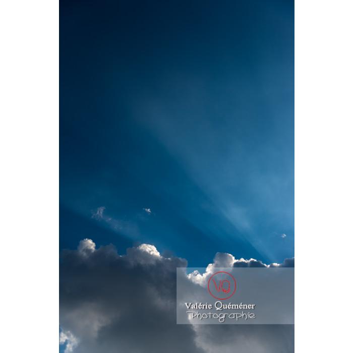 Rayons crépusculaires derrière un cumulus - Réf : VQ-CIEL-1516 (Q3)