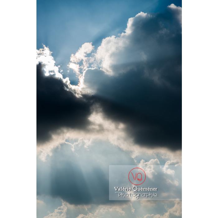 Rayons crépusculaires derrière un cumulus - Réf : VQ-CIEL-1520 (Q3)