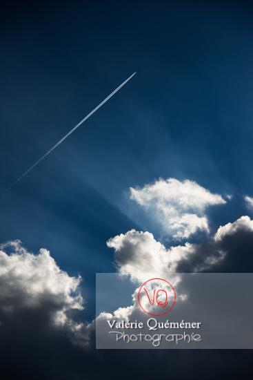 Ciel avec un avion laissant une traînée de condensation - Réf : VQ-CIEL-1521