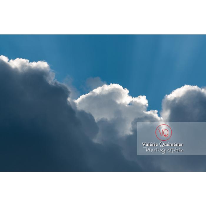 Rayons crépusculaires derrière un cumulus - Réf : VQ-CIEL-1522 (Q3)
