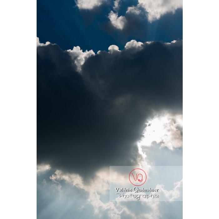 Rayons crépusculaires derrière un cumulus - Réf : VQ-CIEL-1523 (Q3)