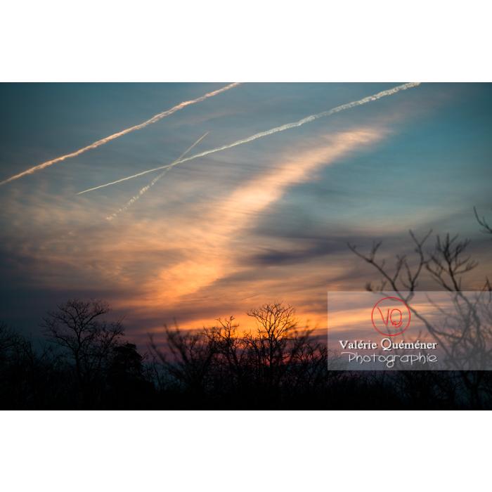 Ciel avec de récente et d'ancienne traînées de condensation au coucher du soleil - Réf : VQ-CIEL-1526 (Q2)
