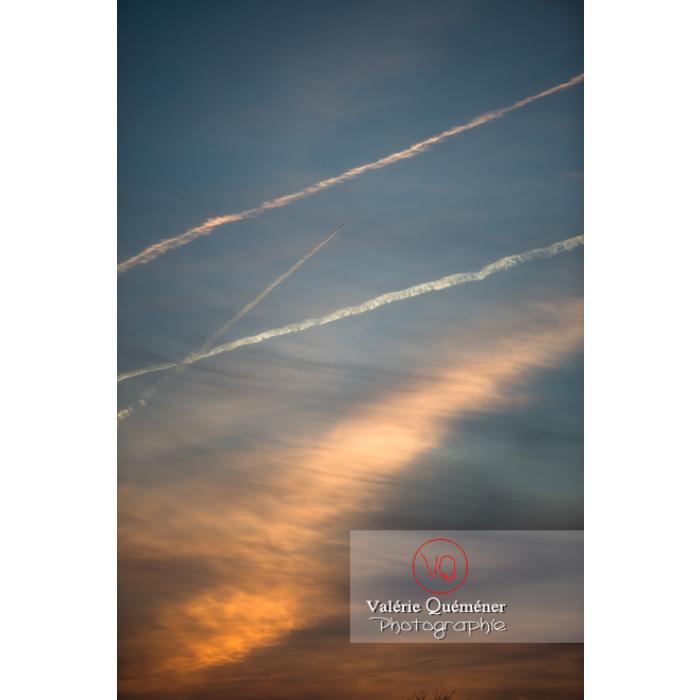 Ciel avec de récente et d'ancienne traînées de condensation au coucher du soleil - Réf : VQ-CIEL-1527 (Q2)