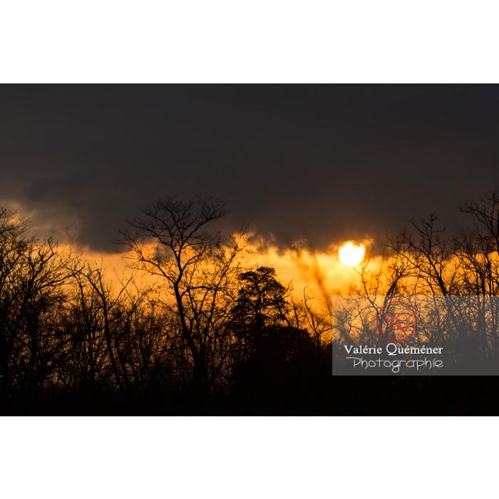 Soleil émergent de derrière les nuages dans une ambiance - Réf : VQ-CIEL-1531 (Q2)