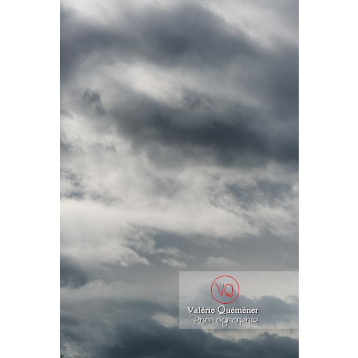 Cumulus sur un fond de ciel gris d'altostratus - Réf : VQ-CIEL-1539 (Q3)