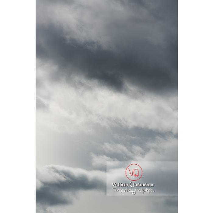 Cumulus sur un fond de ciel gris d'altostratus - Réf : VQ-CIEL-1543 (Q3)
