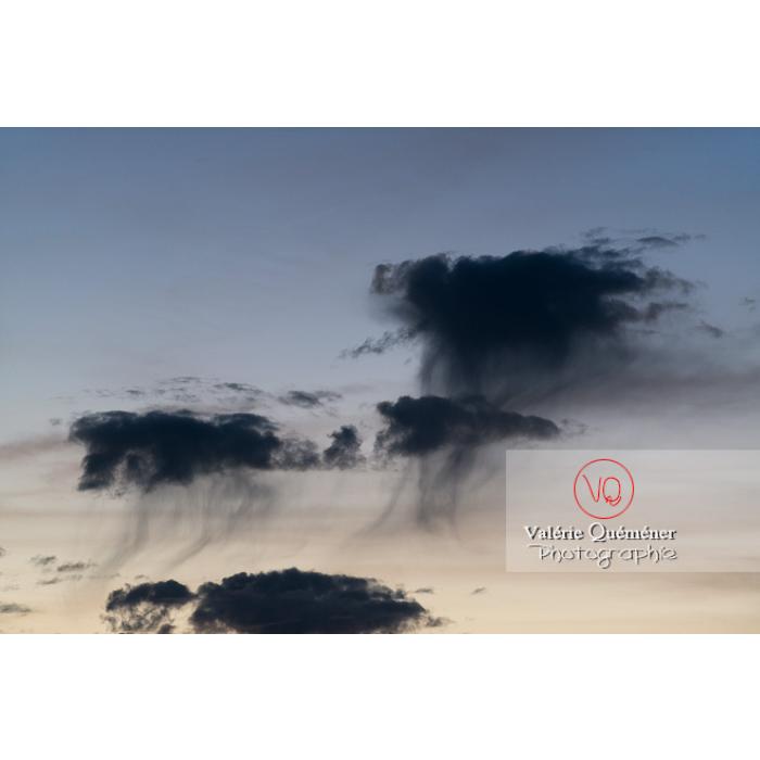 Ciel de nuage avec précipitation sous forme de cumulus virga - Réf : VQ-CIEL-1578 (Q3)