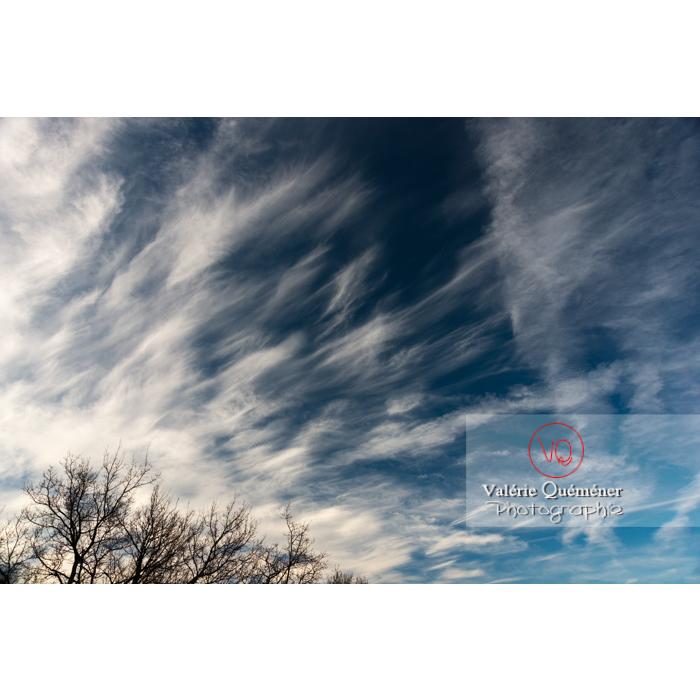 Cirrus et larges traînées de condensation - Réf : VQ-CIEL-1584 (Q3)
