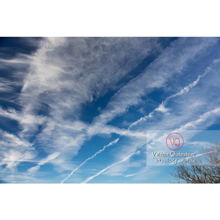 Ciel avec de multiple traînées de condensation qui grossissent et s'étalent - Réf : VQ-CIEL-1585 (Q3)