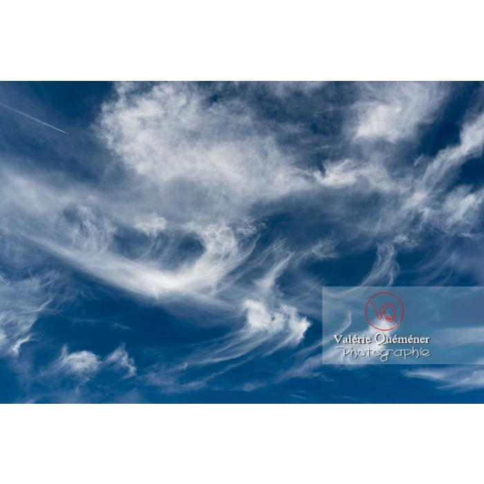 Mélange de cirrus et traînée de condensation d'un avion - Réf : VQ-CIEL-1591 (Q3)