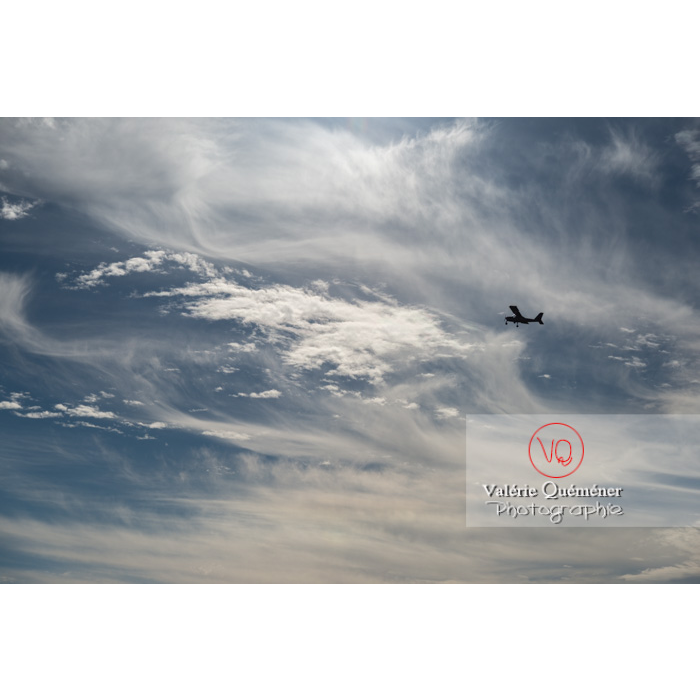 Avion dans un ciel de cirrostratus et cirrocumulus - Réf : VQ-CIEL-1594 (Q3)