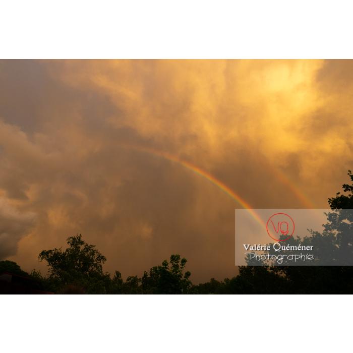 Arc-en-ciel s'effaçant dans un ciel de pluie au coucher de soleil - Réf : VQ-CIEL-2005 (Q3)