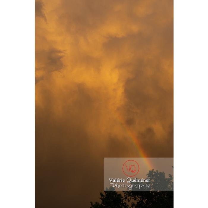Arc-en-ciel s'effaçant dans un ciel de pluie au coucher de soleil - Réf : VQ-CIEL-2008 (Q3)