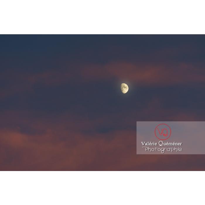 Lune et nuages roses au lever du soleil - Réf : VQ-CIEL-2016 (Q3)