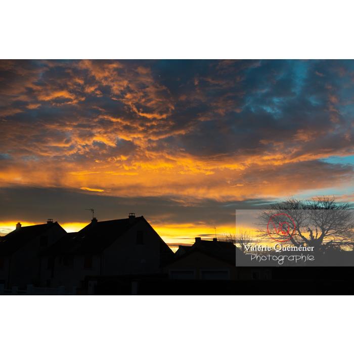 Silhouette des maisons sur un ciel de stratocumulus aux nuages colorés jaunes orangés au lever du soleil - Réf : VQ-CIEL-2020 (Q3)