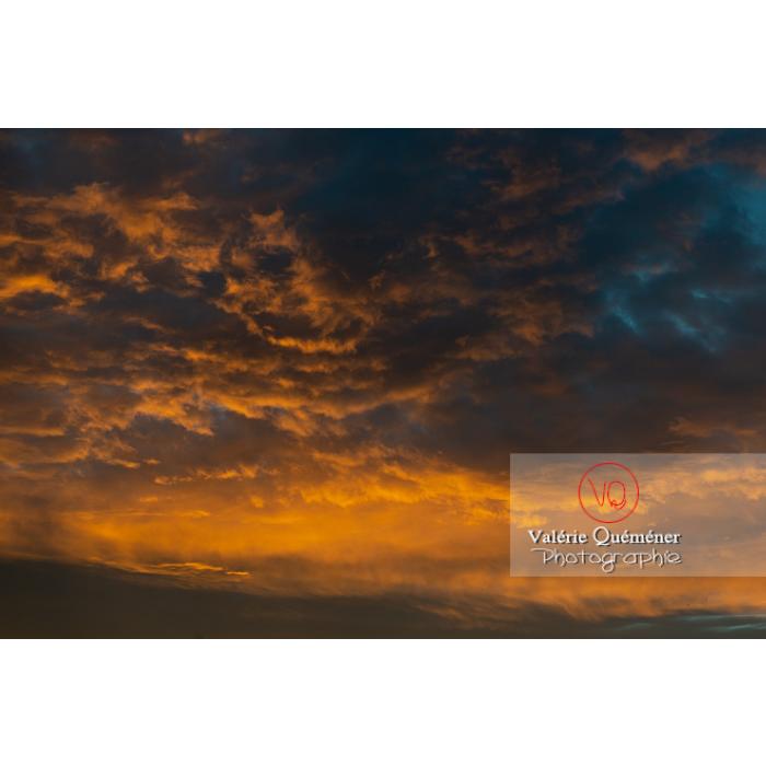 Ciel aux nuages stratocumulus colorés jaunes orangés au lever du soleil - Réf : VQ-CIEL-2023(Q3)