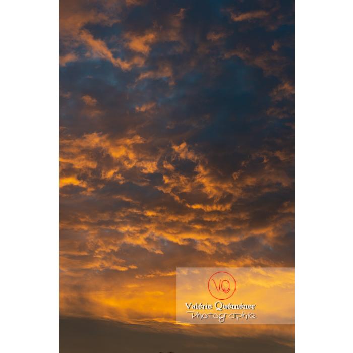 Ciel aux nuages stratocumulus colorés jaunes orangés au lever du soleil - Réf : VQ-CIEL-2024 (Q3)