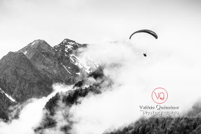 Parapente dans la brume à Loudenvielle / Hautes-Pyrénées / Occitanie - Réf : VQ-PARA-0145 (Q3)