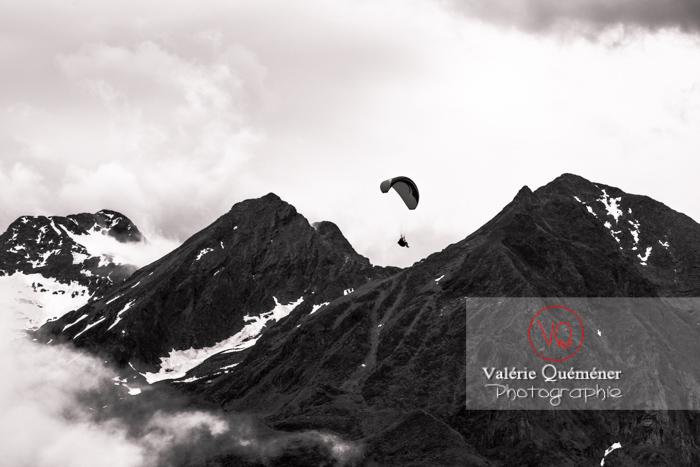 Parapente dans la brume à Loudenvielle / Hautes-Pyrénées / Occitanie - Réf : VQ-PARA-0168 (Q3)