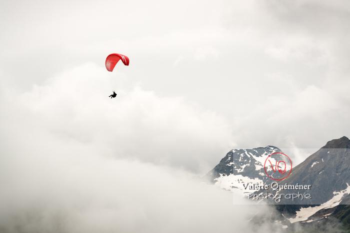 Parapente dans la brume à Loudenvielle / Hautes-Pyrénées / Occitanie - Réf : VQ-PARA-0179 (Q3)